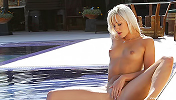 Blonde stunner masturbates in the pool
