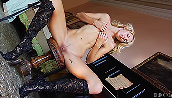 Refined blonde plays a piece butt naked
