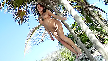 Beach babe in paradise poses nude