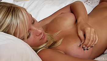 Blonde babe rubs her pussy belly side