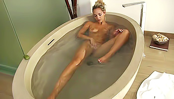 Sexy hoe masturbates in her bathtub